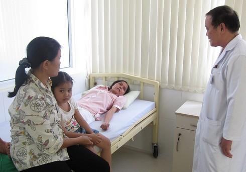 Chị Mai cùng mẹ và con gái được nhập viện để bắt đầu hành trình chữa trị. Ảnh: Minh Nhật.