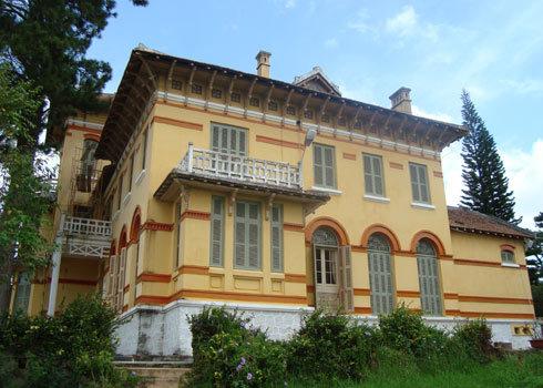 Tòa dinh thự này ngày xưa là cung của hoàng hậu Nam Phương, vợ vua Bảo Đại. Ảnh: Quốc Dũng