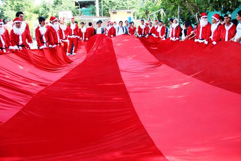 Chiếc túi đựng quà Giáng Sinh được đề xuất kỷ lục Việt Nam. Ảnh: Thi Trân.