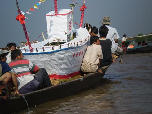Hộ tống đưa bè ra sông cái. Ảnh: Thiên Lộc