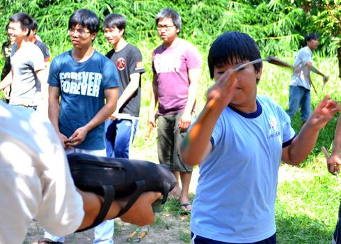 Em Nguyễn Trần Thanh Phương (học sinh lớp 6 trường THCS Lương Thế Vinh, Q.9) được bố đưa đi tập côn hơn một tháng nay, song song với Taekwondo.