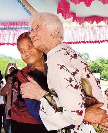 Hai người mẹ Việt - Mỹ ôm nhau trong niềm cảm thông nỗi đau mất con trong chiến tranh Việt Nam.