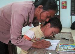 Bà giáo già dạy chữ miễn phí, nuôi chị gái mù lòa