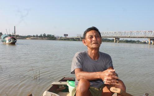 Cụ Việt 72 tuổi đời, 54 tuổi nghề, đã vớt hơn 400 thi thể người chết đuối đưa lên bờ. Ảnh: Thiên Thảo
