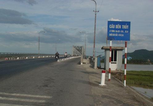 Cầu Bến Thủy bắc qua sông Lam là điểm đen, nơi xảy ra hàng trăm vụ nhảy cầu tự tử. Ảnh: Nguyên Khoa