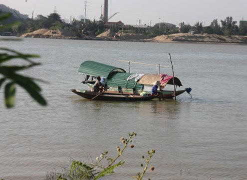 Cụ Việt tâm sự, hơn 54 năm qua, cụ vớt xác là vì nghĩa, vì tâm. Nghề mưu sinh của gia đình cụ là chài lưới trên dòng sông Lam. Ảnh: Nguyên Khoa