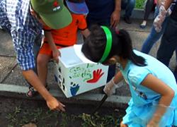 Những tình nguyện viên nhặt rác ở công viên