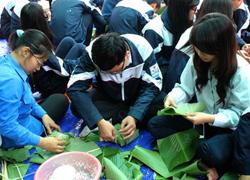 Teen Hà Nội học gói bánh chưng tặng người nghèo
