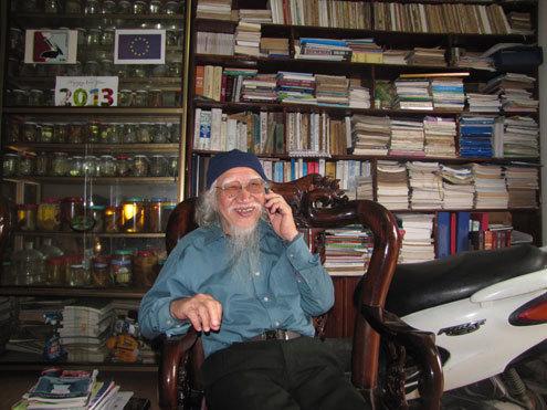 Đã 76 tuổi nhưng tiến sĩ Nguyễn Thái Tự có phong thái rất tinh anh, khỏe khoắn và luôn say sưa khi nói về các loài cá. Ảnh: Nguyên Khoa