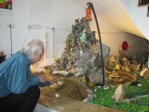 Đặt trang trọng ngay phòng khách là mô hình non bộ của khu đá vôi Phong Nha - Kẻ Bàng, nơi ông đã tìm ra 162 loài cá cho Việt Nam. Ảnh: Nguyên Khoa