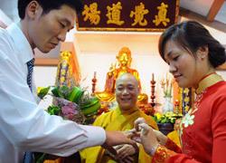 5 đôi uyên ương cưới tập thể ở chùa