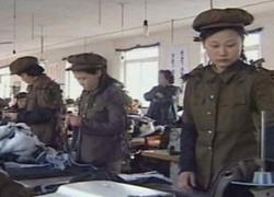 Công nhân Triều Tiên mặc quân phục vào nhà máy