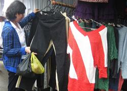 Dọa chọc mù khách không mua mở hàng trong chợ Hà Nội