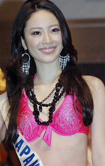 Hisako Shirata đăng quang Hoa hậu Nhật Bản 2006 nhưng chỉ một tuần sau đó, có người tố cáo cô đóng phim khiêu dâm. Ba năm trước khi giành vương miện, Hisako Shirata đã xuất hiện trong bộ phim này. Phim có khá nhiều cảnh nóng bỏng của Hisako và một nam diễn viên, trong đó có cảnh Hisako nude hoàn toàn.