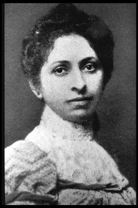 Elizabeth Fleischman Ascheim (1859-1905)  Sau khi nhà khoa học Wilhelm Conrad Röntgen phát minh ra tia X, cô gái người California Elizabeth Fleischman Ascheim đã từ bỏ công việc của một người thủ thư để theo học trường điện. Với sự sáng dạ của mình, cô nhanh chóng tốt nghiệp và mở cho mình phòng khám sử dụng tia X đầu tiên trên toàn nước Mỹ. Cùng với anh chồng của mình - một nhà vật lý học, cô đã say mê nghiên cứu về tác dụng của phương pháp chụp X-quang. Cả hai người đã dành nhiều ngày để chụp X-quang cơ thể nhau nhằm mục đích nghiên cứu. Sau khi nhà khoa học Wilhelm Conrad Röntgen phát minh ra tia X, cô gái người California Elizabeth Fleischman Ascheim đã từ bỏ công việc của một người thủ thư để theo học trường điện. Với sự sáng dạ của mình, cô nhanh chóng tốt nghiệp và mở cho mình phòng khám sử dụng tia X đầu tiên trên toàn nước Mỹ. Cùng với anh chồng của mình - một nhà vật lý học, cô đã say mê nghiên cứu về tác dụng của phương pháp chụp X-quang. Cả hai người đã dành nhiều ngày để chụp X-quang cơ thể nhau nhằm mục đích nghiên cứu. Cô đã chữa trị cho rất nhiều binh sĩ trong chiến tranh Mỹ- Tây Ban Nha rồi sau đó theo học chuyên ngành nha khoa, đồng thời cũng là một nhà nghiên cứu nổi tiếng trong lĩnh vực phóng xạ. Tuy nhiên, cô đã không hề tiến hành bất cứ biện pháp bảo hộ nào trong khi nghiên cứu cũng như chữa trị cho các bệnh nhân vì theo cô nói, nếu cô dùng đồ bảo hộ thì bệnh nhân sẽ cảm thấy không thoải mái và an toàn. Cô đã bị nhiễm độc phóng xạ và mất năm 46 tuổi, và được xem như một người anh hùng trong lĩnh vực nghiên cứu phóng xạ.