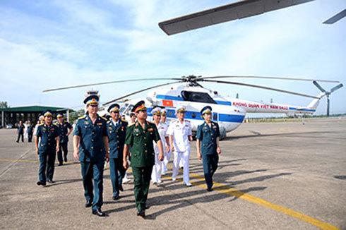 Trung tướng Võ Văn Tuấn cùng các đại biểu tham quan Trung đoàn Không quân Hải quân 930.