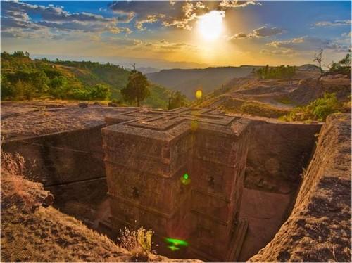 Kiến trúc nhà thờ trong lòng đá ở thị trấn nhỏ Lalibela là minh chứng độc đáo nhất về các nét văn hóa đặc biệt của Ethiopia - đất nước đa sắc tộc với nhiều truyền thống đặc sắc, kỳ lạ.