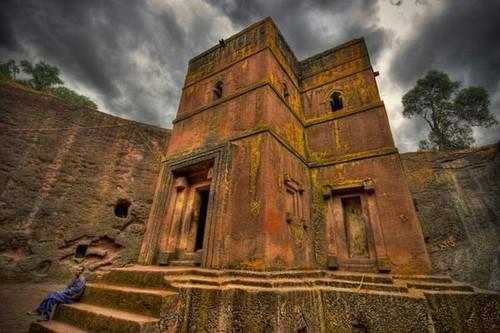 Thị trấn Lalibela nằm ở độ cao gần 2.500m so với mặt nước biển trên vùng cao nguyên Ethiopia. Xung quanh thị trấn là những vùng núi đá và khô cằn. Vua Lalibela (trị vì từ năm 1187 đến năm 1221) là một người sùng đạo.   Với hi vọng xây dựng thị trấn thành một nơi như Jerusalem - nơi vang danh về cả khía cạnh tinh thần tôn giáo lẫn kiến trúc, ông đã sáng lập ra kiểu kiến trúc lạ nhằm tạo ra một thánh địa mang biểu tượng linh thiêng. Tại nơi đây, vào thế kỷ XIII, những tín đồ sùng đạo Thiên Chúa bắt đầu đục đẽo những khối đá núi lửa màu đỏ để xây lên 13 nhà thờ.
