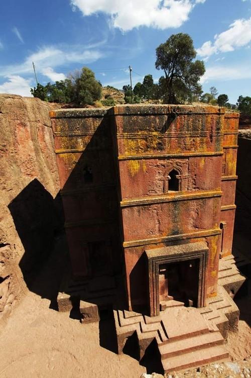 4 trong số những nhà thờ đó được hoàn thiện đứng độc lập với khối đá và chỉ có phần nền móng là còn gắn liền với khối đá mẹ này. 9 nhà thờ còn lại vẫn gắn liền với đá và chỉ có bề mặt được giải phóng khỏi khối đá.   Ghé thăm thị trấn này, bạn sẽ được tận mắt chiêm ngưỡng 11 nhà thờ cổ đồ sộ còn lại. Các công trình đầy sáng tạo này đã biến thị trấn miền núi Lalibela thành một nơi hành hương đầy tự hào của các tín đồ Cơ đốc giáo chính thống Ethiopia.