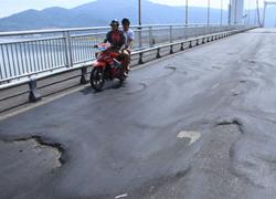 'Bẫy' tai nạn trên cầu dây võng dài nhất Việt Nam