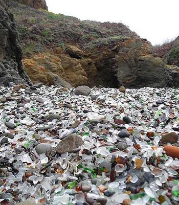 Và đại dương đã giải quyết rất tốt những gì còn sót lại.Qua nhiều thập kỷ, những con sóng thay nhau đập vỡ thủy tinh và chai lọ bằng cách ném chúng vào vách đá.