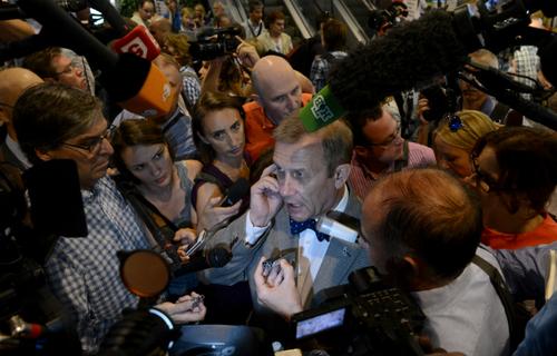 Hàng chục phóng viên đang cố gắng lấy tin tức về Snowden từ một người đàn ông ở sân baySheremetyevo, Moscow.