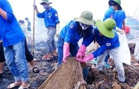 Sinh viên dọn rác nơi cửa biển