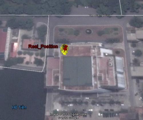 Kết quả định vị sử dụng hệ thống Bắc Đẩu (các chấm vàng), và vị trí thật của ăng-ten (chấm đỏ), trên nóc toà nhà Thư viện Tạ Quang Bửu, Trường ĐHBK Hà Nội