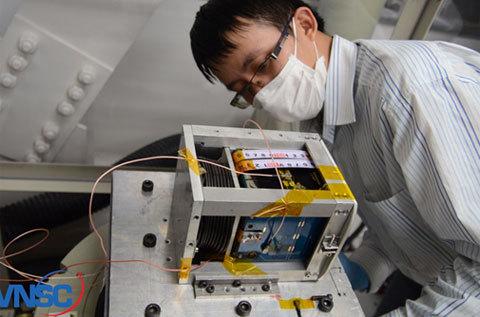 Thử nghiệm rung động tại Phòng thí nghiệm của Giáo sư S.Nakasuka, Đại học Tokyo, Nhật Bản. Ảnh: VNSC