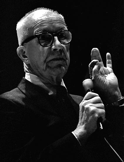 Nhật ký cuộc đời  Kiến trúc sư và nhà khoa học nổi tiếng Buckminster Fuller đã sáng tạo ra các kiến trúc mái vòm, đây là những hình dung mang tính viễn tưởng của các thành phố trong tương lai và một chiếc xe được gọi là Dymaxion trong những năm 1930. Nhưng Fuller cũng là một người lập dị, ông nổi tiếng đeo ba chiếc đồng hồ cùng lúc để xem giờ ở ba khu vực khác nhau khi ông bay khắp trái đất và trải qua nhiều năm chỉ ngủ 2 giờ mỗi đêm, cái ông gọi là giấc ngủ Dymaxion. Nhưng nhà khoa học thiên tài này vẫn dành thời gian ghi chép lại cuộc đời mình. Từ năm 1915 tới năm 1983 khi ông qua đời,  Fuller luôn giữ bên mình quyển nhật kí chi tiết mô tả cuộc sống của ông được ông cập nhật đều đặn 15 phút một lần. Kết quả là, các sổ nhật ký của ông chất đống cao 82 mét được lưu trữ tại trường Đại học Stanford.