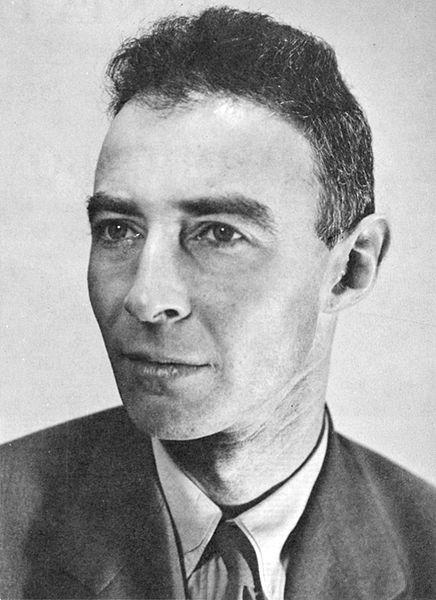 hà bác học có nhiều công trình nghiên cứu  Nhà vật lý Robert Oppenheimer là một nhà bác học thông thạo tám ngôn ngữ và am hiểu nhiều lĩnh vực bao gồm thơ, ngôn ngữ học và triết học. Kết quả là, Oppenheimer đôi khi gặp khó khăn trong sự hiểu biết hạn chế của người khác. Ví dụ, vào năm 1931, ông nhờ đồng nghiệp Leo Nedelsky từ trường Đại học California Berkeley chuẩn bị bài giảng cho ông, lưu ý rằng chuyện đó dễ thôi vì nội dung có sẵn trong một quyển sách mà Oppenheimer đưa cho Leo Nedelsky. Sau đó, người đồng nghiệp không biết phải làm thế nào vì cuốn sách viết hoàn toàn bằng tiếng Hà Lan và mang trả lại. Phản ứng của Oppenheimer như thế nào ư? Ông nói, Nhưng tiếng Hà Lan dễ thế kia mà!