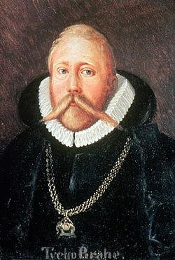 Chết vì nhịn đi tiểu  Vào thế kỷ 16, nhà thiên văn Đan Mạch Tycho Brahe là một nhà quý tộc nổi tiếng với cuộc sống lập dị và cái chết khác thường. Ông đã mất mũi trong một trận đấu kiếm ở trường đại học và phải đeo một chiếc mũi giả làm bằng kim loại, Ông thích những bữa tiệc, ông có một hòn đảo của riêng mình và hay mời bạn bè đến lâu đài vui chơi, hành động phiêu lưu, hoang dã. Ông thường khoe với khách một con nai sừng tấm do ông thuần hóa và một chú lùn tên Jepp ông giữ làm thằng hề ngồi dưới gầm bàn, nơi Brahe tỉnh thoảng cho nó một chút thức ăn thừa. Nhưng niềm vui với các cuộc tiệc tùng đã vô tình dẫn đến cái chết của ông. Trong một buổi tiệc ở Prague, Brahe khăng khăng đòi ở lại tại bàn khi cần đi tiểu, vì rời khỏi bàn đồng nghĩa với kém cỏi và thua cuộc trong một trò chơi. Chính điều này đã làm ông bị nhiễm trùng thận, bàng quang của ông bị vỡ sau đó 11 ngày, vào năm 1601.