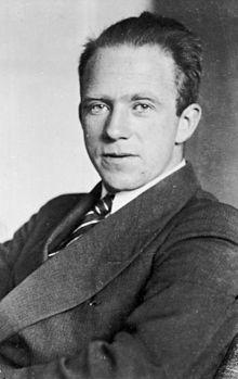 .Vị giáo sư đãng trí  Werner Heisenberg là nhà vật lý lý thuyết xuất sắc với cái đầu của mình lúc nào cũng để trên mây. Năm 1927, nhà vật lý lý thuyết người Đức này đã phát triển các phương trình bất định nổi tiếng trong lĩnh vực cơ học lượng tử, các quy tắc để giải thích hoạt động ở quy mô nhỏ của các hạ nguyên tử. Tuy nhiên ông đã trượt kỳ thi bảo vệ luận án tiến sỹ bởi vì gần như không biết một chút về kỹ thuật thực nghiêm. Khi một giáo sư phản biện trong ban thẩm định luận án của ông hỏi pin hoạt động như thế nào, ông đã không trả lời được.