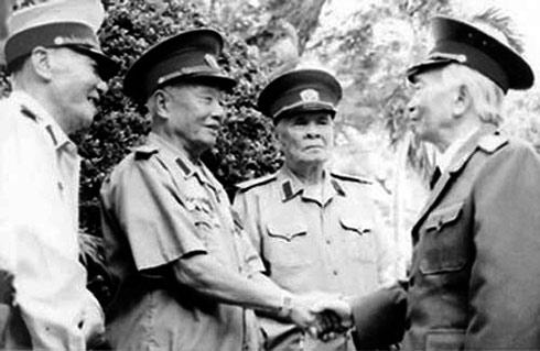 Thượng tướng Hoàng Cầm và Đại tướng Võ Nguyên Giáp (Ảnh tư liệu QĐND)