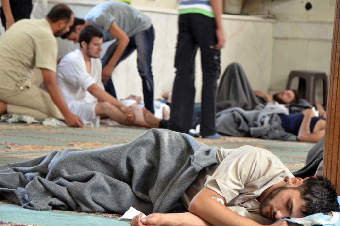 Những người sống sót trong cuộc tấn công mà phe đối lập cáo buộc là sử dụng vũ khí hóa học ở ngoại ô Damascus. Ảnh: ABC