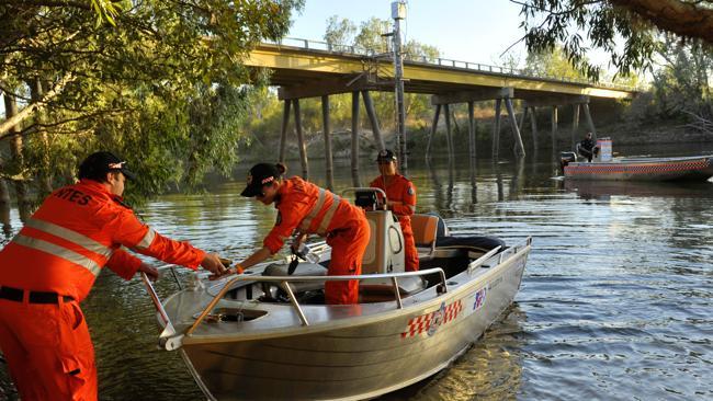 Cảnh sát cùng nhân viên cứu hộ tiến hành tìm kiếm nạn nhân trong nhiều giờ nhưng không có kết quả. Ảnh news.com.au