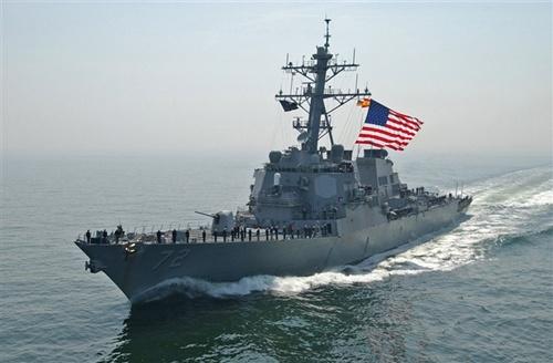 Tàu chiến USS Mahan (DDG-72) đáng lẽ sẽ rời khu vực và được tàu USS Ramage (DDG-61) thay thế để làm nhiệm vụ tuần tra phòng vệ tên lửa đạn đạo, tại khu vực phận sự của Hạm đội 6. Nhưng cả hai tàu này cùng USS Barry (DDG-52) và USS Gravely (DDG-107) sẽ duy trì ở khu vực phía đông Địa Trung Hải, AP dẫn lời một quan chức quân sự mới đây cho biết. Trong ảnh là tàu USS Mahan (DDG-72). Ảnh: Eucom