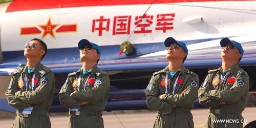 Các phi công của phi đội máy bay nhào lộn trên không thuộc Lực lượng không quân Trung Quốc đang theo dõi các màn trình diễn tại Triển lãm MAKS-2013