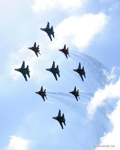 Ngoài những màn trình diễn đơn lẻ, màn trình diễn của đoàn máy bay của các hiệp sỹ Nga Strizhi và Russkie trên các máy bay Su- 27 và MiG-29 cũng thu hút sự chú ý của khách tham quan nước ngoài tại triển lãm MAKS-2013