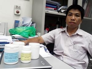 Tiến sĩ Trịnh Tất Cường vẫn đang loay hoay tìm đầu ra cho... cám gạo. (Ảnh: Trung Hiền/Vietnam+)