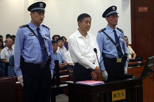Ông Bạc Hy Lai trong tòa án. Đây là hình ảnh đầu tiên của ông này xuất hiện trước công chúng kể từ khi bị cách các chức vụ trong đảng và chính quyền đầu năm 2012. Ảnh: Weibo