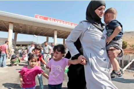 Người Syria điqua cổng biên giới Cilvegozu với Thổ Nhĩ Kỳ. Ảnh: AP