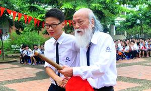 Thầy Văn Như Cương mời học sinh đánh trống khai giảng