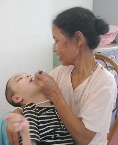 Hơn chục năm, bà Hoa tự nguyện chăm lo cho các em nhỏ tật nguyền.