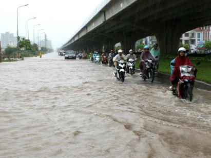Nhiều tuyến phố Hà Nội sáng nay bị ngập. Ảnh: Phương Sơn.