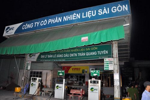 17h, tài xế Trần Thanh Long (58 tuổi) chạy xe bồn chở đầy xăng để tiếp nhiên liệu cho cây xăng dầu thuộc DNTT Trần Quang Tuyến trên đường Nguyễn Hữu Trí (huyện Bình Chánh, TP HCM).