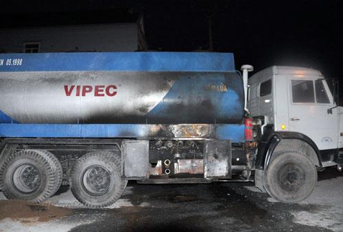 Khi xăng từ xe bồn đang được tiếp vào hầm của cây xăng thì ngọn lửa phụt cháy. Tài xế Long dùng bình CO2 cố gắng dập lửa nhưng bất thành và lửa cháy bén vào người.