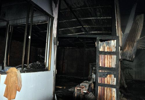 Chỉ trong phút chốc ngọn lửa bùng cháy lớn trong căn nhà xây dựng bồn ngầm nhiên liệu của trạm xăng.