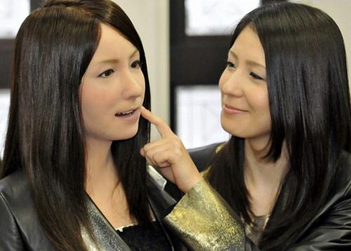Người máyGeminoid F xinh đẹp và biết dạy tiếng Nhật như người thật. Ảnh: Tokyo Times