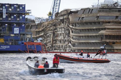 đâm phải đá ngầm và bị lật nghiêng sát đảo Giglio, phía tây Italy, hồi tháng 1/2012. 32 người trong số hơn 4.000 hành khách trên tàu đã thiệt mạng.